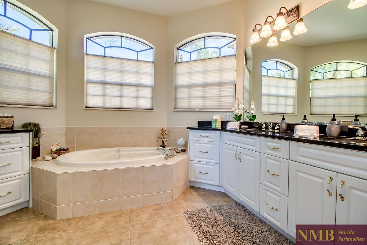 Ferienhaus-Sea-Pearl-Cape-Coral_Master_Bathroom