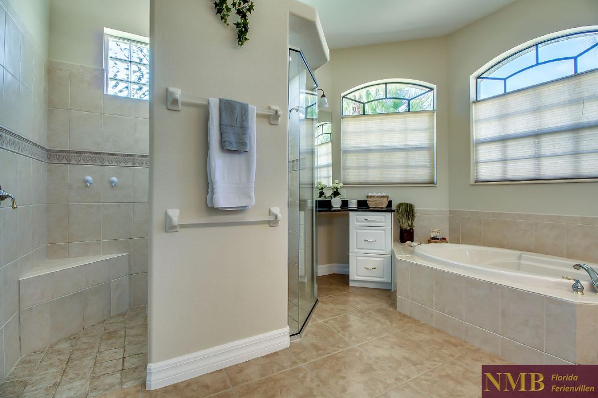 Ferienhaus-Sea-Pearl-Cape-Coral_Master_Bathroom_1