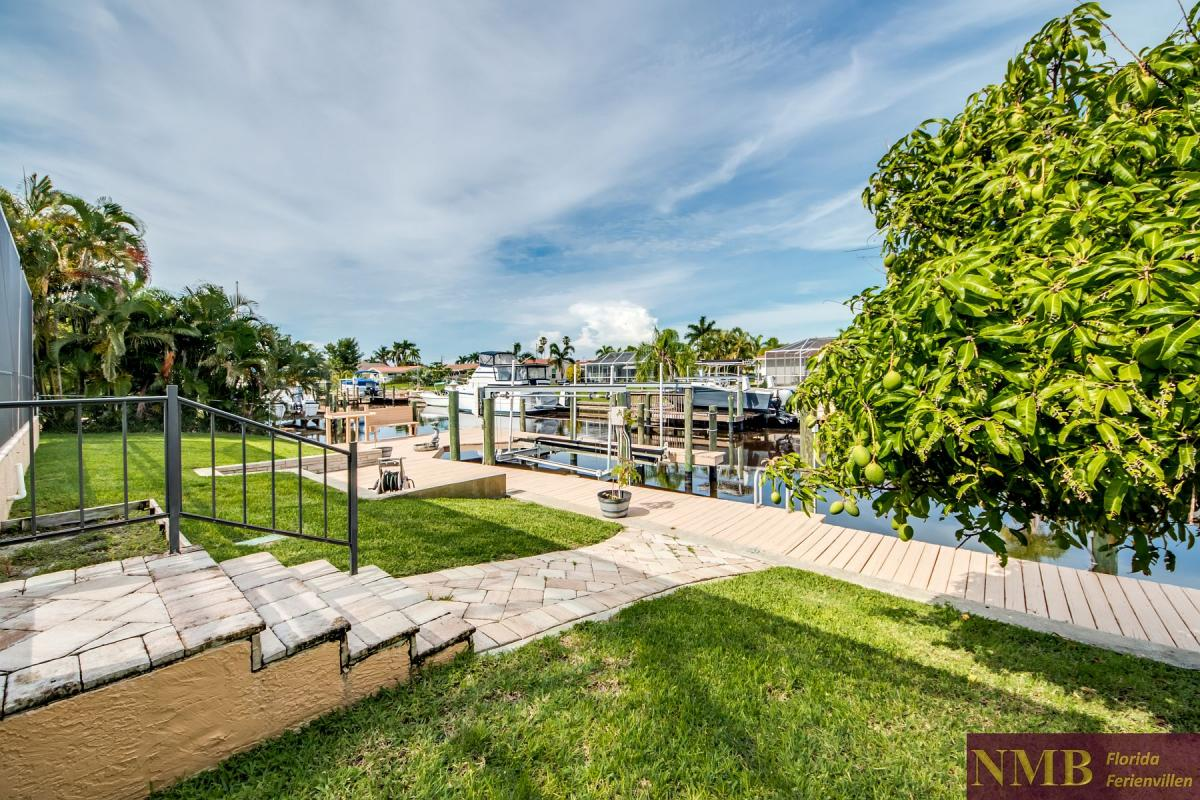Ferienhaus-Serenity-Florida_Back_Yard_and_Dock